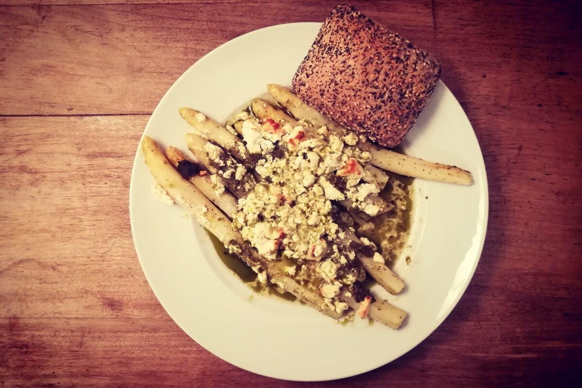 mit Feta & Pesto überbackener Spargel